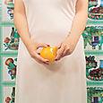 Signora che sbuccia un'arancia